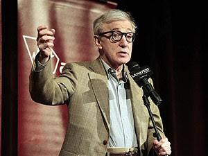 Woody Allen fala ao público antes da pré-estreia de 'Para Roma, com amor', no Festival de Cinema de Los Angeles (Foto: Mario Anzuoni/Reuters)