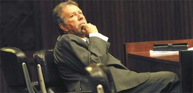 Rêmolo Aloise e o documento enviado pela prefeitura para a Justiça pedindo a desconsideração da petição que requeria a extinção do processo (Auremar de Castro/EM/D.A PRESS - 11/7/07)
