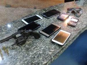 Arma e celulares foram encontrados com os suspeitos em Macaé (Foto: Divulgação Polícia Militar)