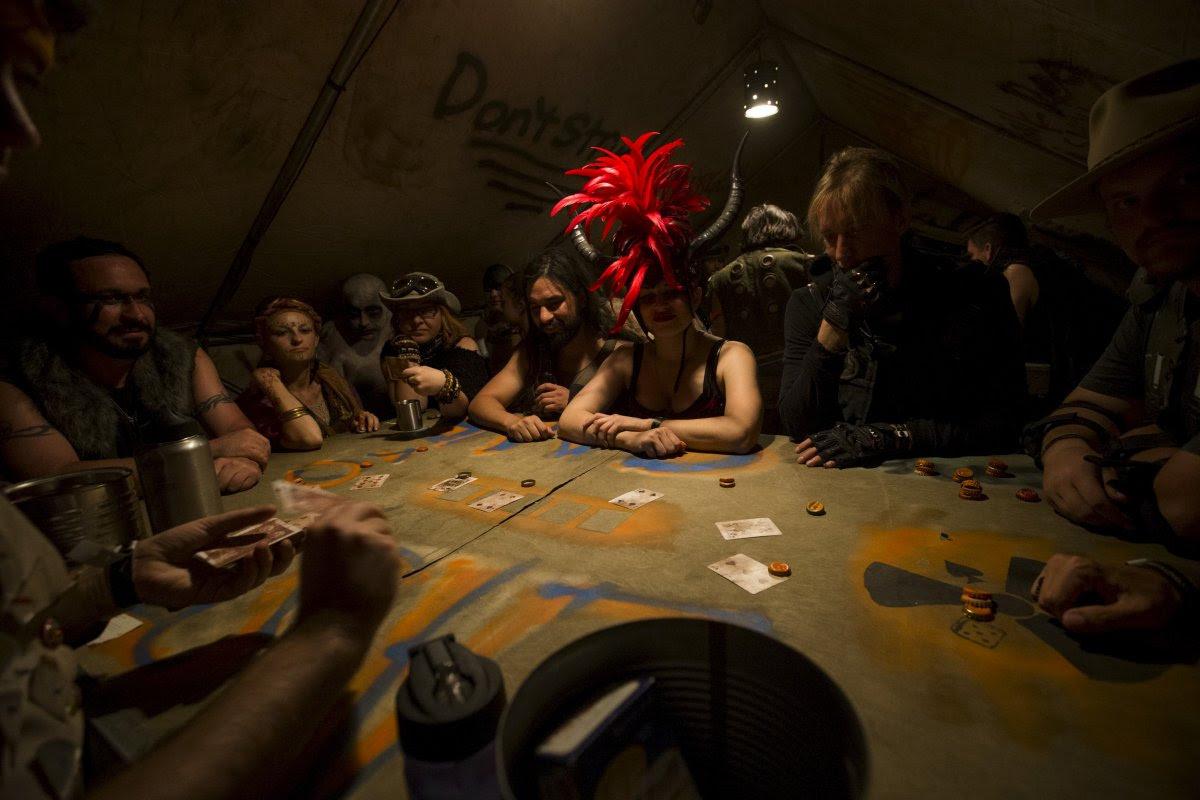 """Fãs de """"Mad Max"""" constroem seu próprio mundo pós-apocalíptico no meio do deserto 03"""