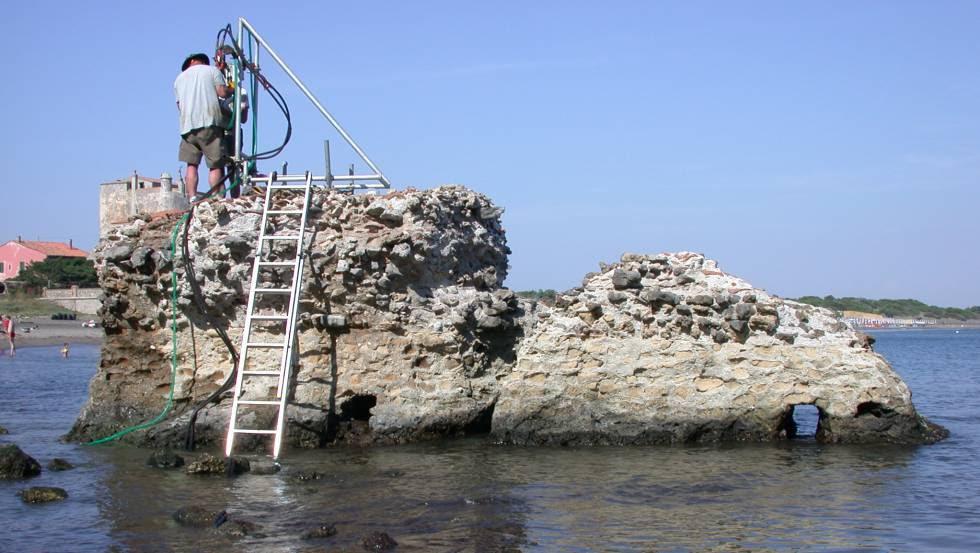 Extracción de muestras de un muelle del 'Portus Cosanus' en la costa toscana, construido hace más de 2.000 años.