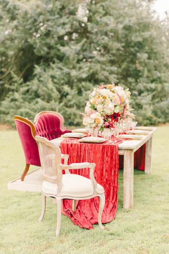 einem luxuriösen rotem samt Hochzeit Tischläufer für eine anspruchsvolle Hochzeit tablescape