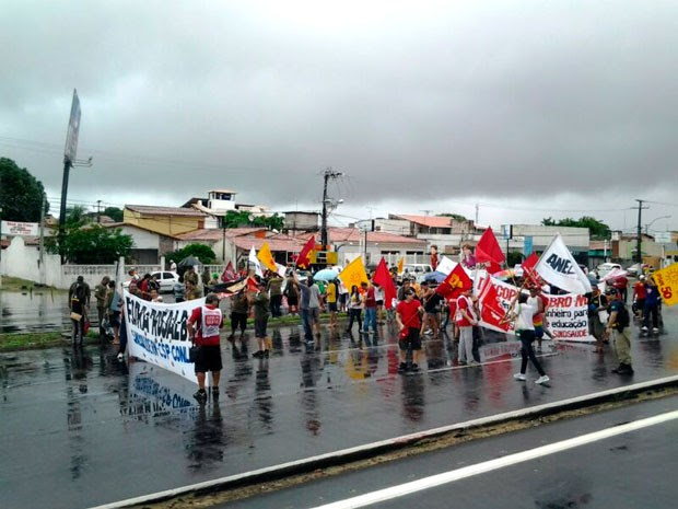 Manifestantes fecharam a BR-101 por alguns instantes, mas logo liberaram a via e seguiram em caminhada  (Foto: Sérgio Henrique/G1)