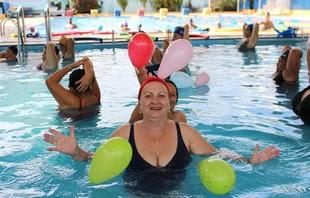 Dona Leda pratica hidroginástica há sete anos (Foto: Renato Pereira)