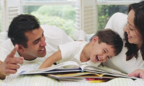 Ouders lezen voor aan kind