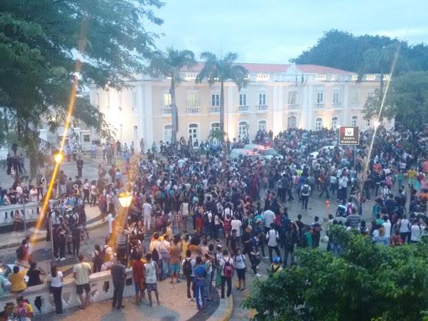 Estudantes protestam em frente à Prefeitura de São Luís (Foto: G1)