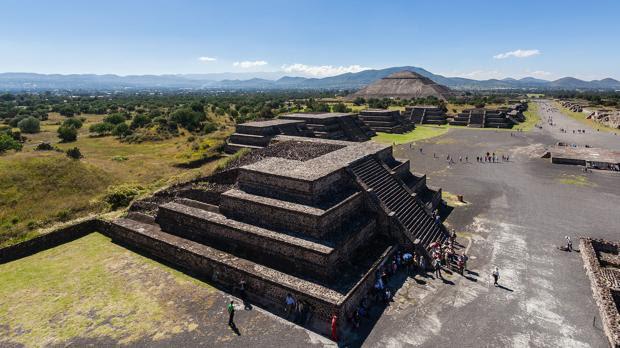 Vista de la calzada de los Muertos desde la cumbre de la pirámide de la Luna, en Teotihuacán