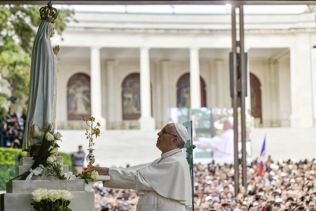 Papa reza em frente a imagem da Nossa Senhora de Fátima (Foto: Nuno Andre Ferreira/Reuters)