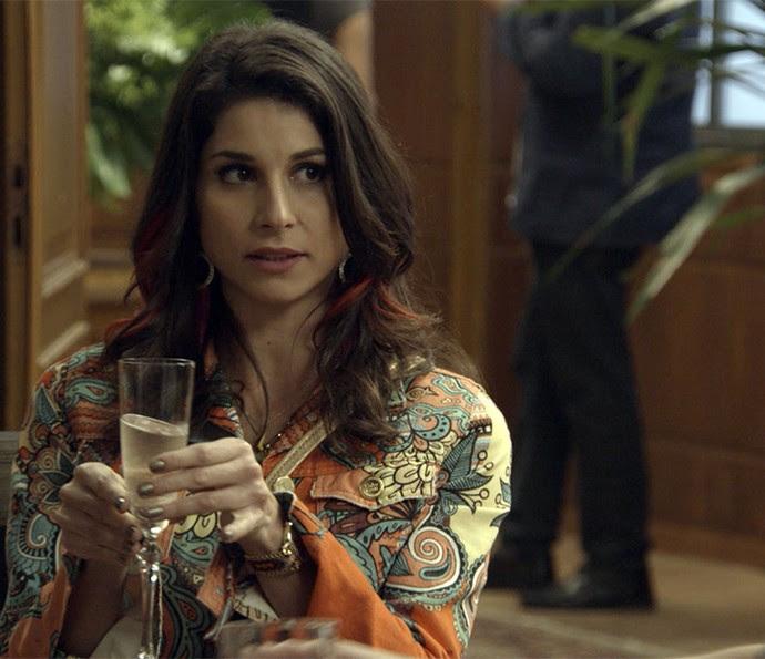 Carmela fica impressionada com ostentação de Adônis (Foto: TV Globo)