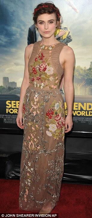 Tam çiçeklenme: Hollywood yıldızı onun şaşırtıcı Valentino elbisesi kırmızı halı üzerinde çarpıcı bir görüş oldu