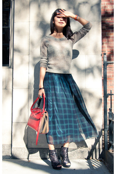 Beige-j-crew-sweater-dark-green-misspouty-skirt_400