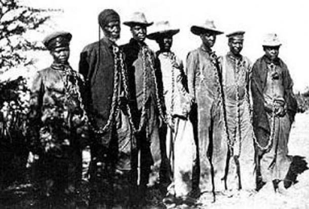 Herero encadenado durante el 1904 la rebelión