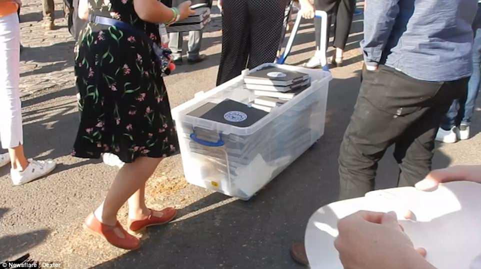 Decenas de pizzas se entregaron en el castillo a eso de las 7 p. M. Cuando Harry y Meghan celebraron su boda ayer.