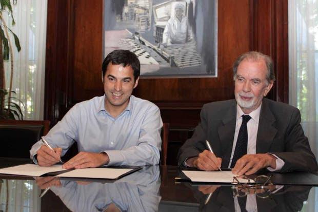 Ramón Lanús, de la AABE, y Javier González Fraga, del Banco Nación, en la firma del acuerdo