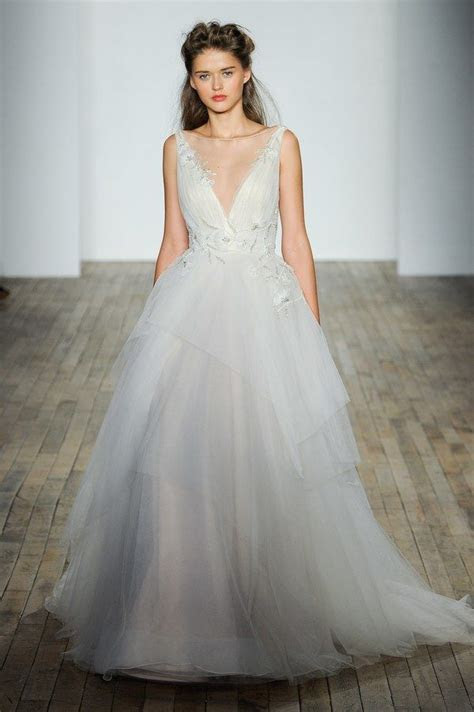 choose  perfect wedding dress   body