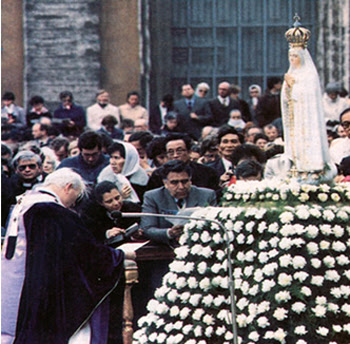 John Paul II bowing before a statue of Our Lady of Fatima