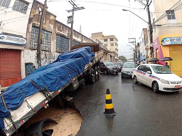 asfalto cede a carreta afunda em salvador (Foto: Ivanildo Santos/ TV Bahia)