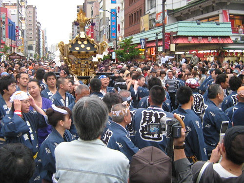 Blue team holding the mikoshi at Sanja Matsuri