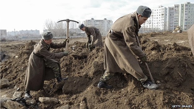Soldiers in the separatist Moldovan region of Trans-Dniester clean land at a military cemetery in the regional capital Tiraspol (file photo 2007)