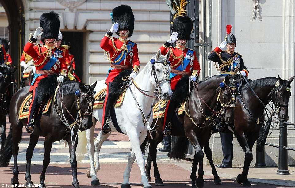 Royal flush: Príncipe Charles, Prince William, Prince Andrew e Princess Anne fazem o seu caminho longo o desfile a cavalo