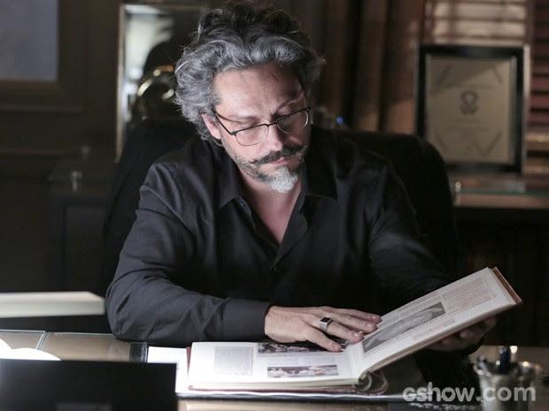 José Alfredo folheia álbum de recortes de Cora (Foto: Felipe Monteiro/ TV Globo)