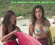 Carol Nikamura e Jacqueline Sato sensuais em biquini na novela solnascente