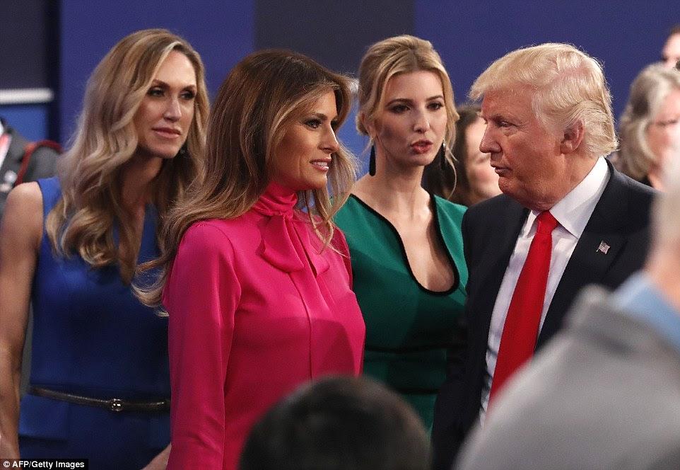 candidato republicano Donald Trump (à direita) discute com é filha Ivanka Trump (segunda à direita) sua esposa Melania Trump (segundo à esquerda) e seu daugher na lei Lara Yunaska (à esquerda)