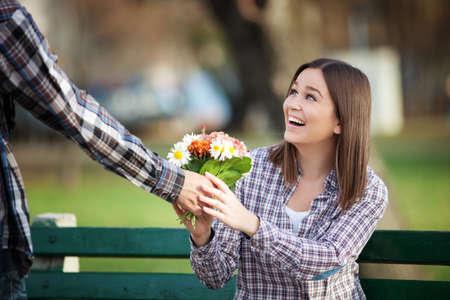 Resultado de imagen para una pareja con una flor