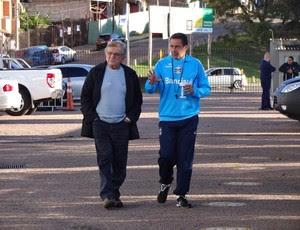 Fábio Koff conversa com Vanderlei Luxemburgo antes de treino do Grêmio (Foto: Hector Werlang/Globoesporte.com)