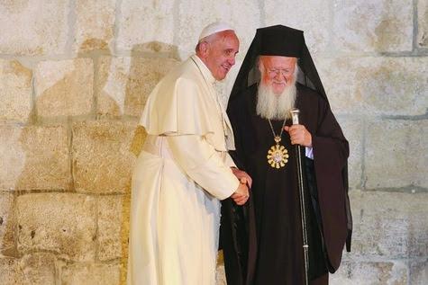Francois-et-Bartholomeos-renouvellent-l-accolade-de-la-Paix-a-Jerusalem_article_main