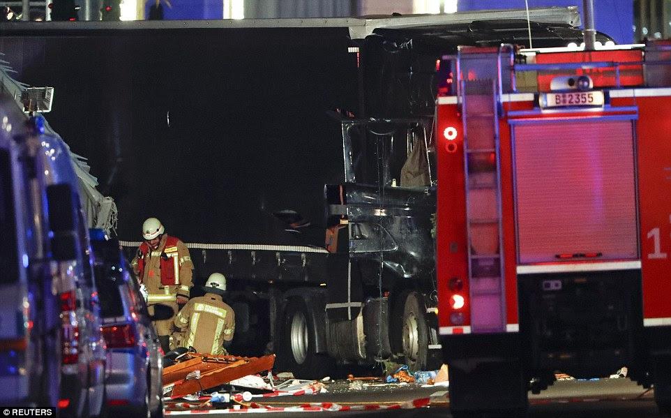O veículo de 25 toneladas deixaram um rastro de devastação como ele rasgou através do mercado festiva normalmente alegre
