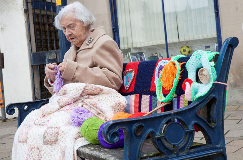 Artista urbana de 104 anos enche sua cidade com suas obras de crochê 01