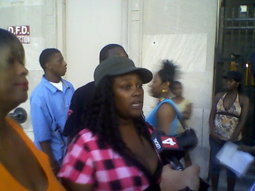 Nyree Peters, a tenant at the Wellington Commons apartments on Seward in Detroit, speaks to the media about the illegal eviction that was attempted by the management firm controlling the building. (Photo: Abayomi Azikiwe) by Pan-African News Wire File Photos