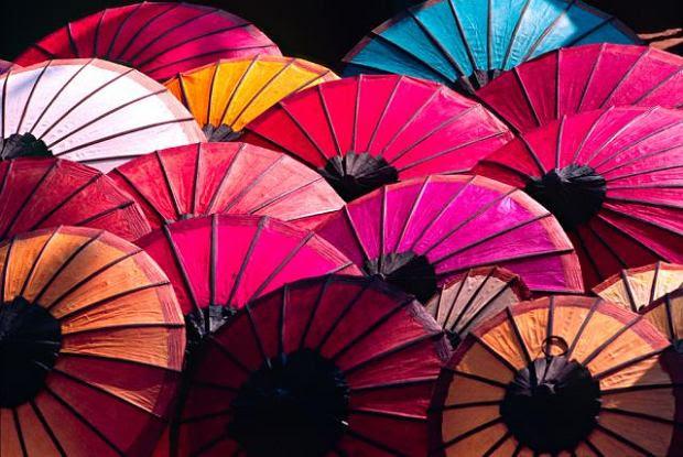 Dzielnica Cho Lon, czyli Wielki Targ w dawnym Sajgonie, to miejsce magiczne. Głównie za sprawą soczystych kolorów i niezliczonej ilości barw. Oglądając zdjęcia wietnamskiego targu można niemalże poczuć zapach egzotycznych przypraw, który się nad nim unosi!