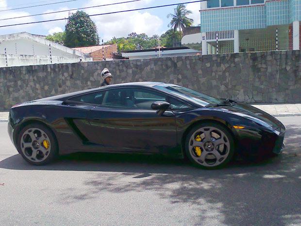 Motorista colide com Lamborghini estacionada em João Pessoa (Foto: Luis Calixto)