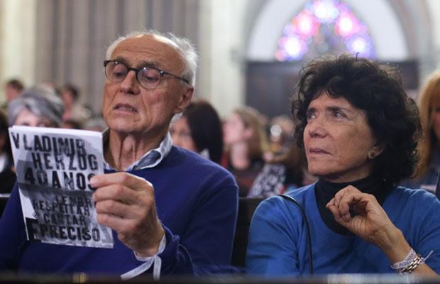 Clarice Herzog, viúva de Vlado, acompanha o ato ecumênico na Sé ao lado de Eduardo Suplicy (Foto: Tiago Queiroz/Estadão Conteúdo)