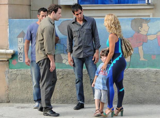Teodora fica indignada ao ver os seguranças do filho (Foto: Fina Estampa/TV Globo)