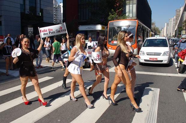 Modelos atravessa faixa de pedestres ao lado do Masp e do Parque Trianon (Foto: Fábio Tito/G1)