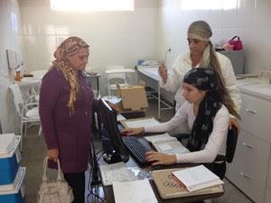 Funcionárias trabalharam com lenço na cabeça (Foto: Ana Carolina Levorato/G1)