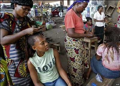El martes 27 de abril de 2007 un grupo de mujeres se tiñe el pelo bajo un puente en Lagos, Nigeria. Imagen de news.bbc.co.uk