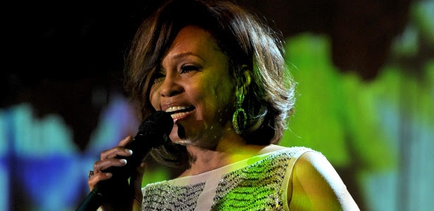 Whitney Houston se apresenta em pré-festa de gala do Grammy 2011, em Beverly Hills (12/02/2011)