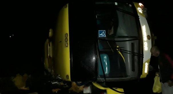 Segundo PRF, veículo que seguia para o ES com 48 pessoas sofreu acidente na BR-101, no município de Mascote, região sul do estado.
