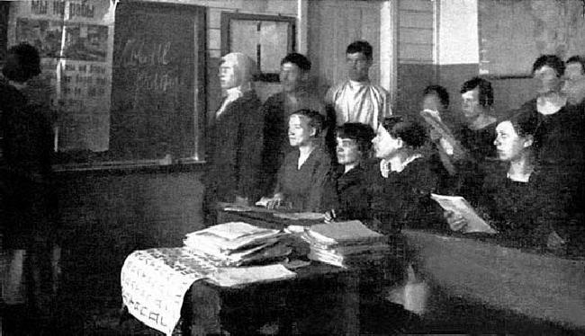 Στην τσαρική Ρωσία οι αγράμματοι άγγιζαν το 70% του πληθυσμού. Στα τέλη του 1937 η ΕΣΣΔ μετρούσε διπλάσιους φοιτητές τριτοβάθμιας εκπαίδευσης απ' ό,τι ΗΠΑ, Αγγλία και Γαλλία μαζί και αυτό ενώ μαινόταν η επίθεση κατά του νεοσύστατου κράτους. (Στην προσπάθεια εξάλειψης του αναλφαβητισμού, τη δεκαετία του 1920, σε μια επαρχία)