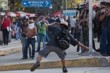 Anarquistas y policías se enfrentan a 45 años de la matanza de Tlatelolco. Foto: Octavio Gómez