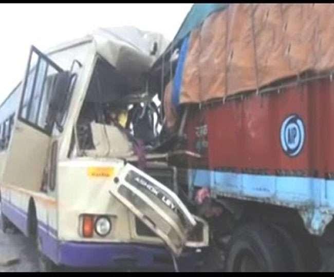 मध्यप्रदेश: बस-ट्रक के बीच टक्कर में 7 महिलाओं सहित 33 घायल