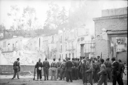 Milicias republicanas observan la voladura del Alcázar de Toledo. Fondo del Estudio Fotográfico Alfonso. Archivo General de la Administración. Ministerio de Cultura