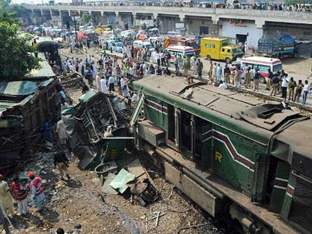 Trens colidem e matam duas pessoas no Paquistão
