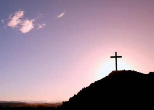 montaña con una cruz