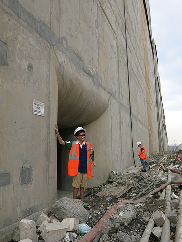 The dream of Nicholas Suchecki Guillén, an 11-year-old blind boy, to visit the Panama Canal expansion works and touch the new locks came true in Cocolí on the Pacific side, during the last tour before the flooding began on Jun. 25. Credit: Iralís Fragiel/IPS