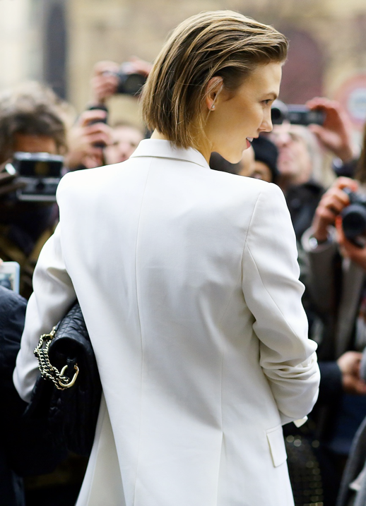 LE FASHION BLOG CRISP WHITE JACKET BLAZER TUXEDO STYLE KARLIE KLOSS PFW PARIS FASHION WEEK 2013 SHORT HAIR STUD EARRINGS STREET STYLE PHIL OH VOGUE MAGAZINE